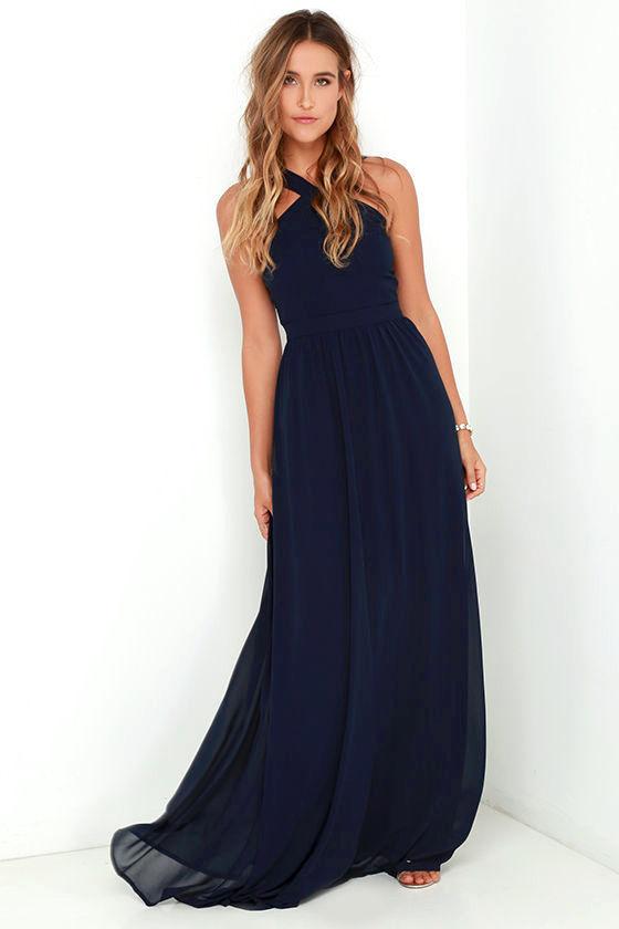 c3e4ba72563 Αυτό το σκούρο μπλε φόρεμα ταιριάζει υπέροχα σε ανοιχτόχρωμες επιδερμίδες,  καθώς όχι μόνο κάνει αντίθεση, αλλά προσθέτει χρώμα και ζωντάνια στην  επιδερμίδα ...