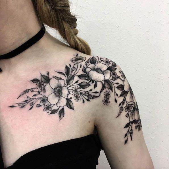 γυναικειο τατουαζ λουλουδια στον ωμο