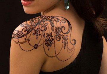 κοπελα με τατουαζ στον ωμο
