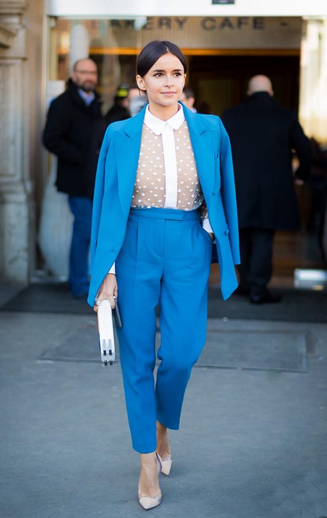 μπλε σακακι με μπλε ψηλομεσο παντελονι και λευκο διαφανες πουκαμισο με πουα λεπτομερειες