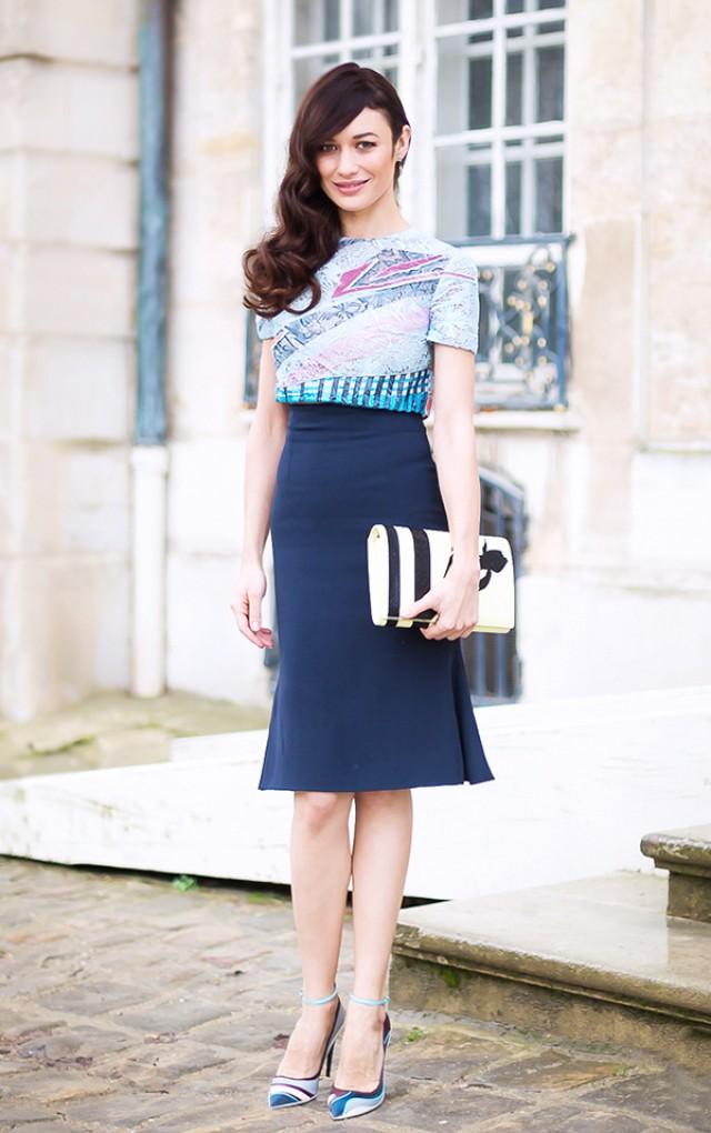 ψηλόμεση pencil φούστα με χρωματιστο τοπ, κλατς, και γοβες