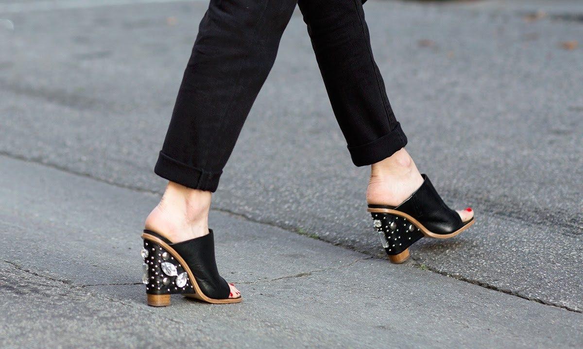 247e19b6a5 Τα mules παπούτσια έκαναν την πρώτη τους σύγχρονη εμφάνιση πέρυσι το  φθινόπωρο και οι fashion bloggers ξετρελάθηκαν! Σίγουρα είναι ένα δύσκολο  παπούτσι να ...
