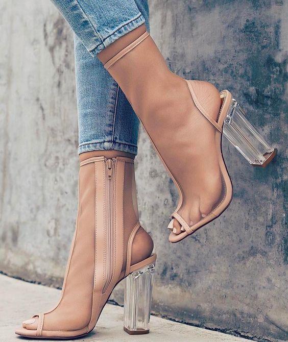 Βινύλ ρούχα   παπούτσια είναι η τάση που πρέπει να ακολουθήσεις ... af4b168578d