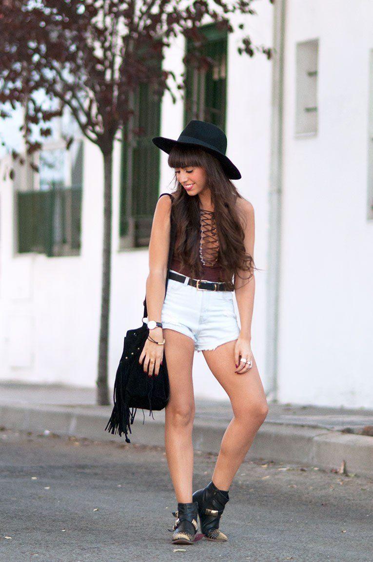 338c232ab6a0 Αν δεν είσαι από τις γυναίκες που φοράνε φουλάρια, μπορείς να προσθέσεις  στο look σου ένα καπέλο, όπως αυτό παρακάτω. Πρόκειται για μία safe επιλογή  και ...