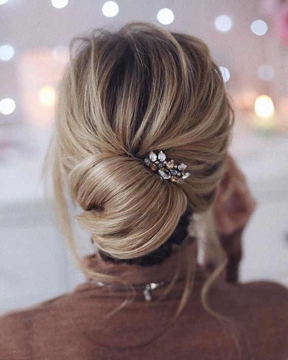 eea52a51d3d3 Όταν πιάνεις τα μαλλιά σε σε χαμηλό ή ψηλό κότσο νιώθεις πάντα μια  ανακούφιση γιατί δεν θα ζεσταθείς και θα μπορείς να χορεύεις πιο άνετα!