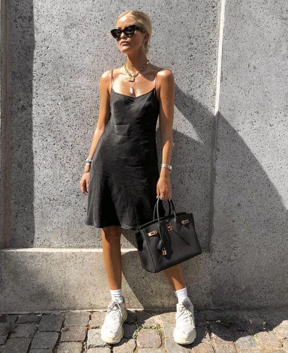 788c8ad90f63 ... μαύρο σατέν φόρεμα με τα ογκώδη αθλητικά παπούτσια (μπορείς να δεις εδώ  για το πως να φορέσεις τα dad shoes) και με έντονα αξεσουάρ που θα σε  κάνουν να ...