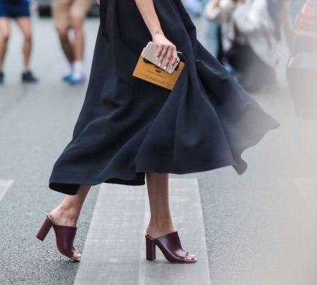 87af93601dd7 Πώς να φορέσεις τα mules παπούτσια σωστά  Η πιο hot τάση