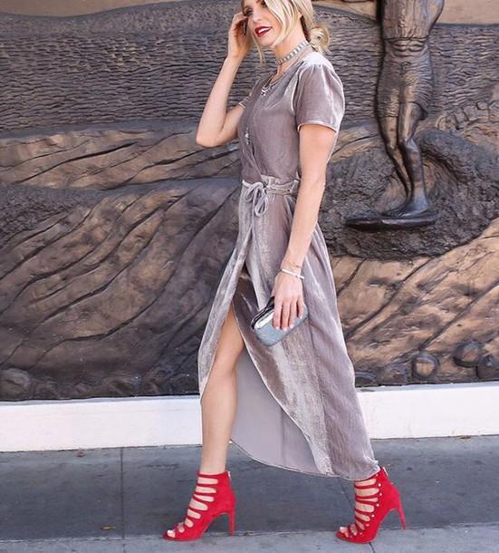 91a4f95c3d77 Ο Olivier Rousteing στην πασαρέλα του έδειξε πως φαντάζεται τις γυναίκες το  2050 και το ασημί ήταν η έμπνευσή του. Οι fashionista το επέλεξαν και έγινε  μία ...