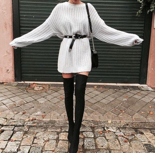 9624f1c9627 Αν ψάχνεις ντυσίματα για το γραφείο, δες το παρακάτω outfit – με το  εντυπωσιακό καρό γυναικείο παλτό- η οποία ολοκληρώνεται με τις μαύρες ψηλές  flat μπότες.
