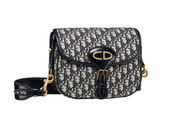 Η Dior τσάντα επανερμηνεύει το canvas-print σχέδιο και αποτυπώνει με τον πιο  elegant τρόπο ακόμα και τις πιο μικρές λεπτομέρειες. 60dfa9d92d1
