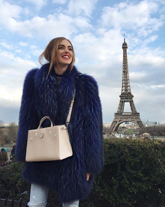 3d6b2c4b26a ... απευθύνεται ο οίκος Dior, που επιθυμεί να έχει ένα μοντέρνο γυναικείο  κοινό. Διατίθεται σε τρία μεγέθη και διάφορα χρώματαs, υπάρχει Diorever  τσάντα για ...